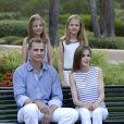 Le roi Felipe VI et la reine Letizia d'Espagne ont posé pour la presse avec leurs filles Leonor, princesse des Asturies (robe écrue et bleu marine) et l'infante Sofia (robe à rayures) dans les jardins du palais de Marivent à Palma de Majorque le 4 août 2016 à l'occasion de leurs vacances d'été.