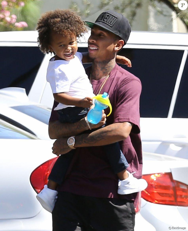Le rappeur Tyga prend de l'essence avec son fils Cairo Stevenson à Los Angeles, le 16 août 2015.