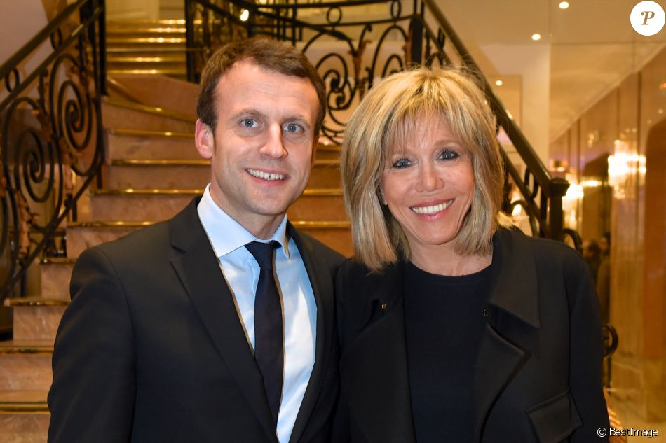 emmanuel macron et sa femme brigitte trogneux photographi s lors de la conf rence d bat. Black Bedroom Furniture Sets. Home Design Ideas
