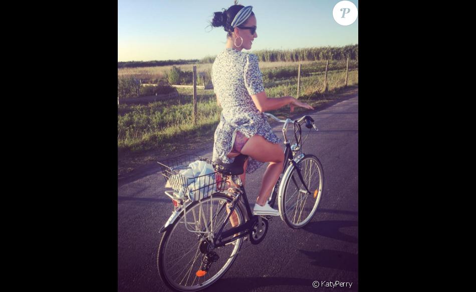 Le vent soulève la jupe de Katy Perry et dévoile sa culotte tandis qu'elle fait du vélo à l'Ile de Ré. Photo publiée sur Instagram, le 10 août 2016