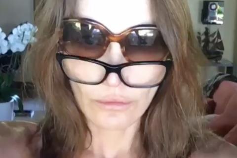 Carla Bruni-Sarkozy au réveil : La star délire comme une adolescente...
