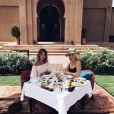 Caroline Receveur et une amie à l'hôtel Selman à Marrackech en août 2016.