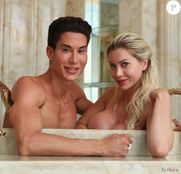 """Justin Jedlica et Pixee Fox se sont rendus à Las Vegas, le 10 juillet dernier pour officialiser leur """"amour en plastique"""". Unis par la même passion pour la chirurgie esthétique la Barbie et son Ken humain forment un couple moderne, dénué d'amour l'un pour l'autre mais uni leur obsession pour le bistouri."""