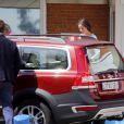 L'infante Elena d'Espagne quitte la clinique Ruber à Madrid le 2 septembre 2016 avec le bras dans le plâtre au lendemain d'une chute de cheval survenue au palais de la Zarzuela.