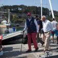 Le roi Juan Carlos d'Espagne sur un bateau à voile avec des amis à Baiona, le 4 septembre 2016.