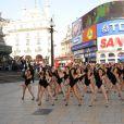 100 Beyonce performent sur le titre 'Single Ladies' en plein Piccadilly Circus à Londres, le 20 avril 2009