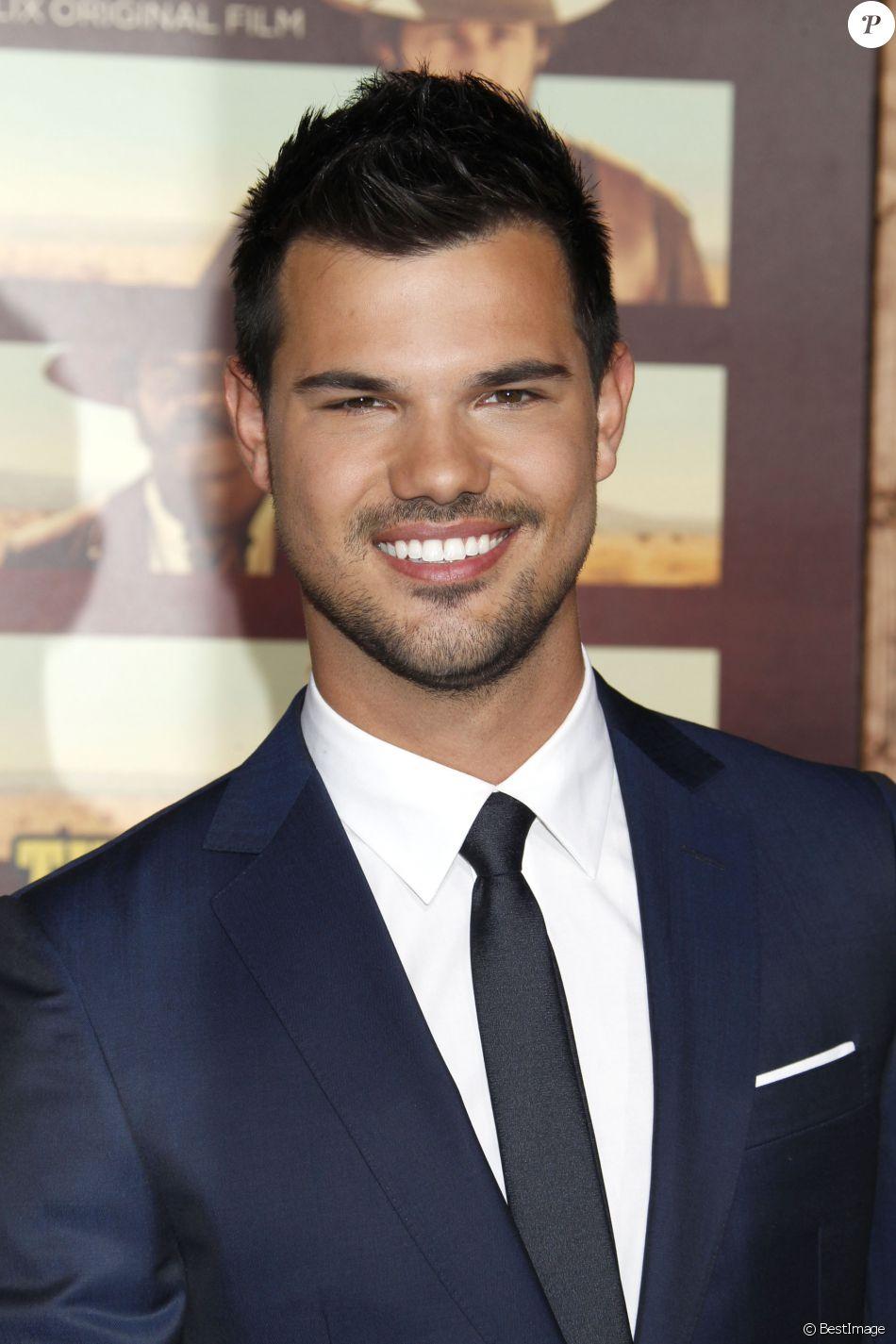 """Taylor Lautner lors de la première de la série de Netflix's """"The Ridiculous 6"""" à Universal City, le 30 novembre 2015."""
