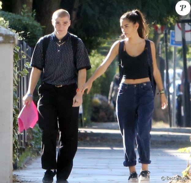 Rocco Ritchie se balade à Londres avec une jolie jeune fille le 14 septembre 2016.