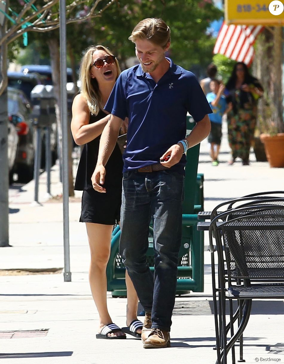 Exclusif - Kaley Cuoco et son compagnon Karl Cook sont allés déjeuner et se promènent main dans la main à Los Angeles, le 15 août 2016