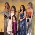 "Sofia Vergara, Sarah Hyland, Ariel Winter, Julie Bowen (Meilleure distribution pour une serie televisee comique ""Modern Family"") et Aubrey Anderson-Emmons à la 20eme ceremonie des ""Screen Actors Guild Awards"" au Shrine Exposition Center a Los Angeles, le 18 janvier 2014."