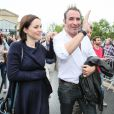 Jean Dujardin et sa compagne Nathalie Péchalat (enceinte) à l'inauguration du cinéma communal Jean Dujardin à Lesparre-Médoc accompagné de ses parents le 27 juin 2015.