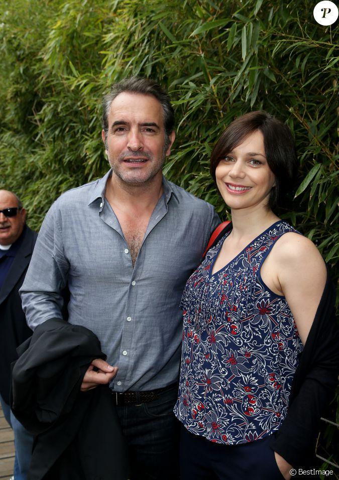 Jean dujardin et sa compagne nathalie p chalat au village for Dujardin france