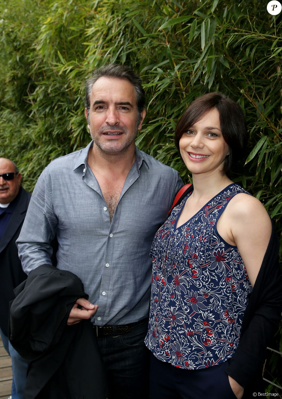 Jean dujardin et sa compagne nathalie p chalat au village for Famille dujardin