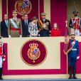 Le roi Felipe VI et la reine Letizia d'Espagne étaient accompagnés par leurs filles la princesse Leonor des Asturies (manteau bleu) et l'infante Sofia d'Espagne (manteau rouge) le 12 octobre 2016 à Madrid pour le défilé militaire de la Fête nationale espagnole.