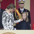 Un joli geste tendre de Letizia avec Leonor... Le roi Felipe VI et la reine Letizia d'Espagne étaient accompagnés par leurs filles la princesse Leonor des Asturies (manteau bleu) et l'infante Sofia d'Espagne (manteau rouge) le 12 octobre 2016 à Madrid pour le défilé militaire de la Fête nationale espagnole.