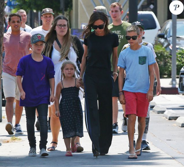 Victoria Beckham est allée déjeuner avec ses enfants Harper, Romeo, Cruz et Brooklyn au restaurant The Golden State à Los Angeles, le 21 août 2016.