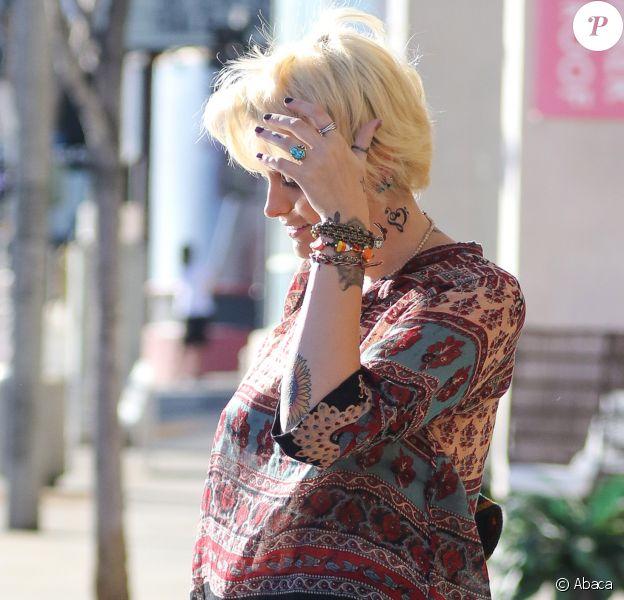 Paris Jackson accompagné de son chéri Michael Snoddy s'offre un nouveau tatouage dans un salon de Los Angeles, le 28 octobre 2016