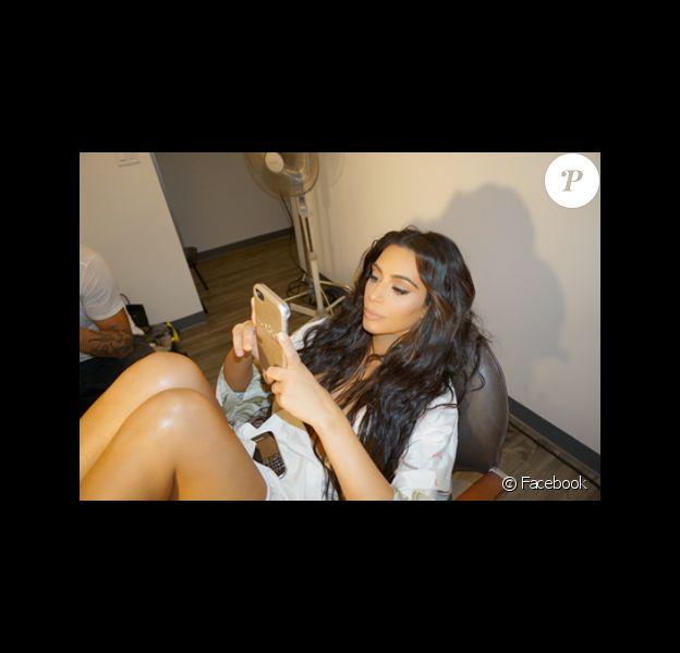 Kim Kardashian a posté une photo d'elle pour annoncer sa collaboration avec LuMee. Facebook, le 31 octobre 2016