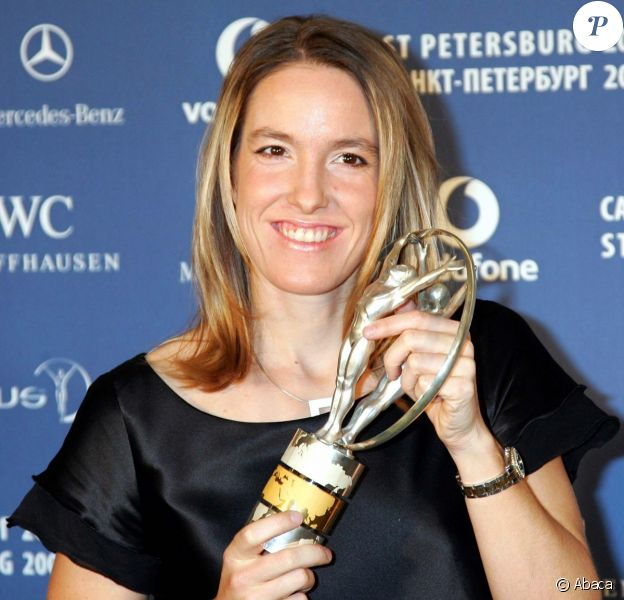 "Justine Henin pose avec son trophée ""Laureus World Sportswoman of the Year"" à Saint-Petersbourg le 19 février 2008."