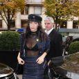 Bella Hadid revient à l'hôtel George V après avoir déjeuné au restaurant l'Avenue à Paris le 28 octobre 2016.