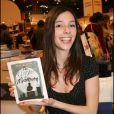 """Lolita Séchan présente son premier livre """"Les Cendres de maman"""", au Salon du livre de Paris, le 27 mars 2007."""