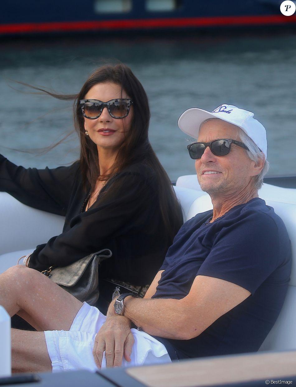 Catherine Zeta-Jones et son mari Michael Douglas sortent du restaurant Bagatelle, avant de remonter à bord d'un zodiaque, à Saint-Tropez, le 23 juillet 2016.