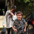 Kourtney Kardashian à la sortie d'un immeuble avec son fils Mason Disick et accompagnée de son garde du corps à Los Angeles, le 1er novembre 2016