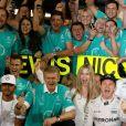 Nico Rosberg sacré champion du monde au Grand Prix of Abu Dhabi, en présence de sa femme Vivian Sibold, le 27 novembre 2016.