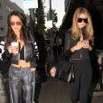 Gigi et Bella Hadid se promènent dans les rues de Los Angeles. Plus tard, elles sont allées déjeuner au restaurant Il Pastaio à Beverly Hills, le 25 novembre 2015