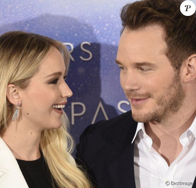 """Jennifer Lawrence et Chris Pratt au photocall du film """"Passengers"""" à Madrid. Le 30 novembre 2016"""