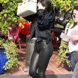 Kylie Jenner se cache des photographes à son arrivée chez Fred Segal pour faire du shopping à West Hollywood, le 28 novembre 2016