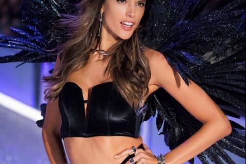 Alessandra Ambrosio : Strip-tease torride, un voisin l'observe...