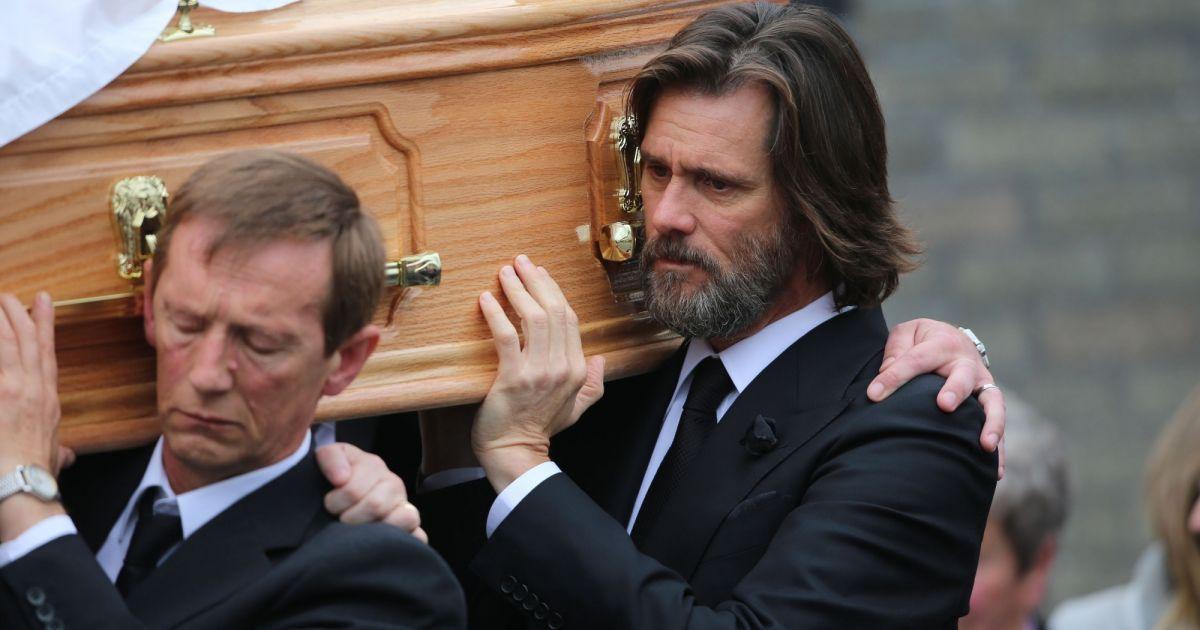 Jim Carrey porte le cercueil de Cathriona White à Cappawhite, Irlande, le 10 ...