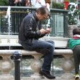Exclusif - Olivier Martinez et son fils Maceo se promènent à Los Angeles, le 23 décembre 2016.  Exclusive - Olivier Martinez was spotted taking a break with his son Maceo before continuing their holiday shopping trip at The Grove in Hollywood. Los Angeles, December 23rd, 2016.23/12/2016 - Los Angeles