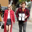 Emma Roberts et son compagnon Evan Peters très souriants à la sortie d'une poste à Los Angeles, le 5 décembre 2016