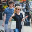 Emma Roberts et son fiancé Evan Peters à la sortie du Bowery Hotel à New York, le 5 mai 2015.