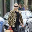 """""""Emma Roberts, la bague au doigt, à la sortie de la boutique A.P.C Store à Los Angeles, le 4 janvier 2017"""""""