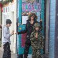 """""""Angelina Jolie emmène ses enfants Shiloh et Knox manger une glace lors de leurs vacances au ski à Crested Butte dans le Colorado, le 2 janvier 2017."""""""