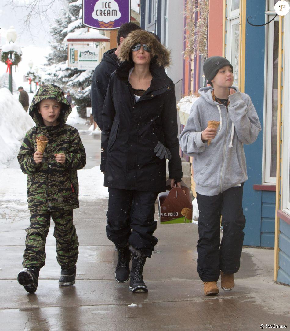 Angelina Jolie emmène ses enfants Shiloh et Knox manger une glace lors de leurs vacances au ski à Crested Butte dans le Colorado, le 2 janvier 2017.