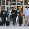 Angelina Jolie et Brad Pitt avec leurs enfants en juin 2014 à l'aéroport LAX de Los Angeles.