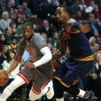 """""""Dwyane Wade des Chicago Bulls contre J.R. Smith des Cavaliers de Cleveland lors d'un match à Chicago, le 2 décembre 2016"""""""