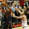 J.R. Smith des Cavaliers de Cleveland contre Pau Gasol des Chicago Bulls lors d'un match à Chicago, le 27 octobre 2015
