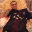 Pierre Ménès, à l'hôpital, pose avec le maillot du PSG dédicacé. Photo postée sur Twitter le 28 décembre 2016.