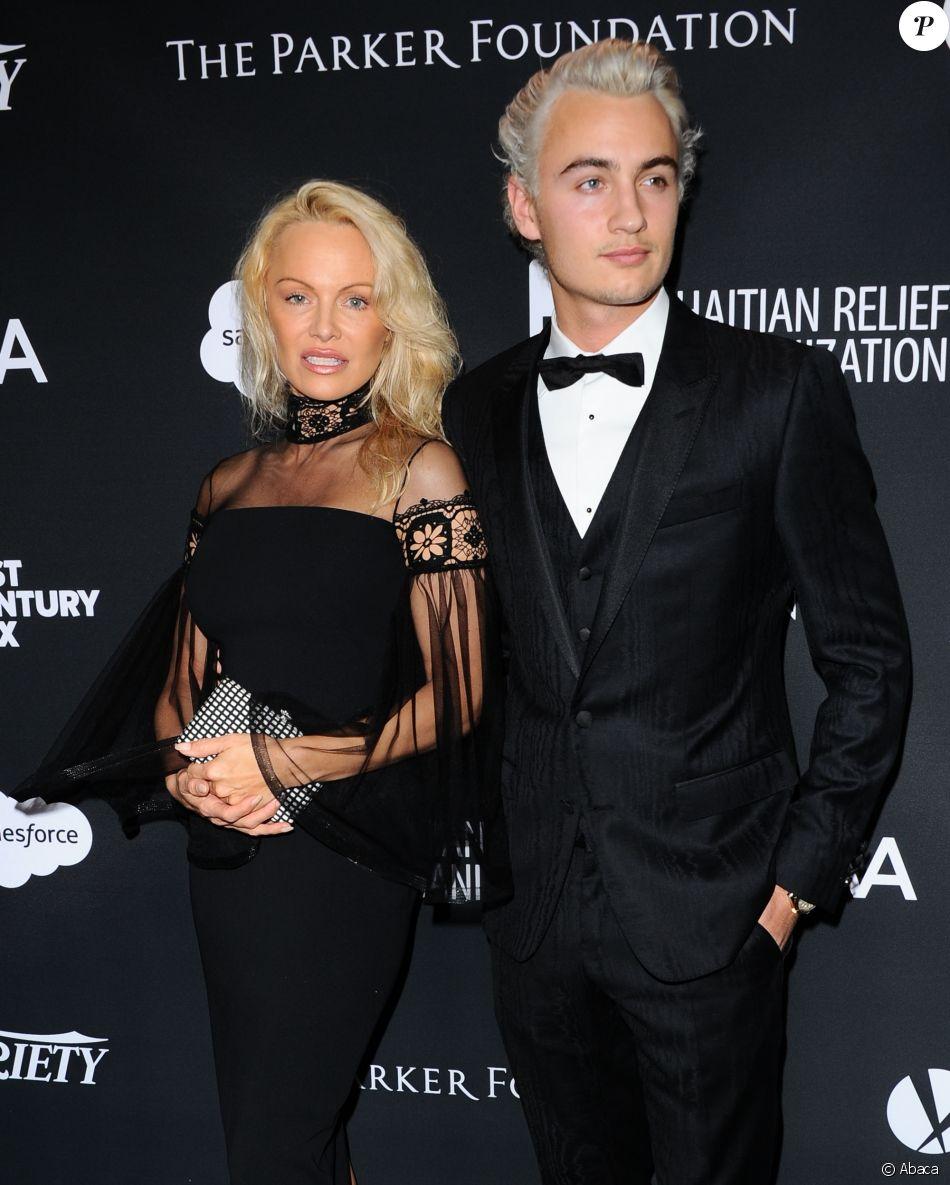 Pamela Anderson et son fils Brandon Thomas Lee participent à la soirée de charité organisée par Sean Penn au profit d'Haiti à Beverly Hills le 7 janvier 2017.