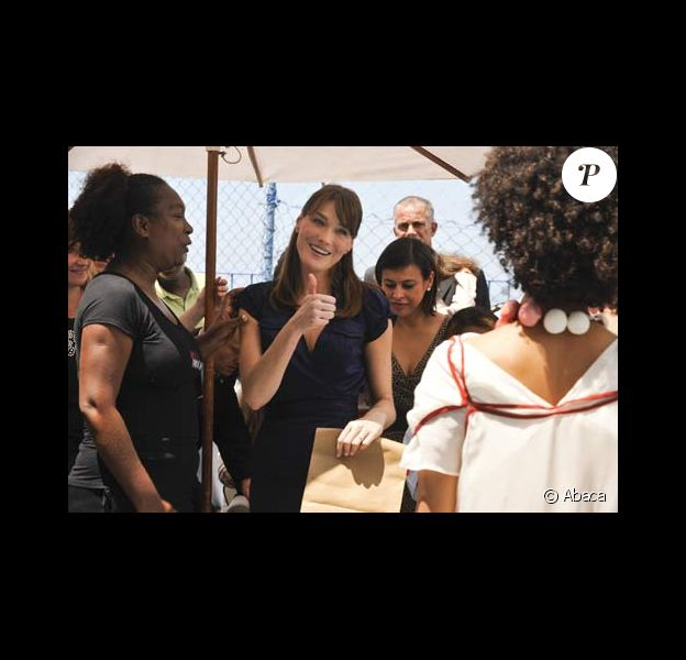 CArla Bruni assiste à un défilé dans une favela de Rio, le 23/12/08