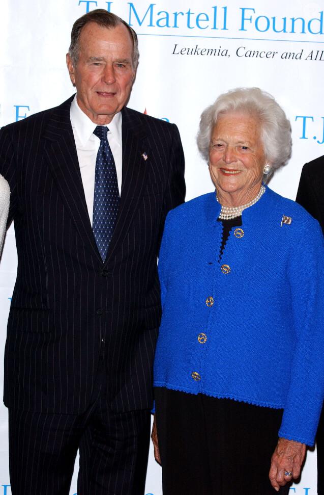 """L'ancien président George H. W. Bush et sa femme Barbara posent avant d'être honorés à la soirée """"29th annual T.J. Martell Foundation Awards Gala"""" organisée à New York le 27 mai 2004."""