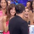 """Mareva Galanter embrasse son chéri Arthur dans """"Vendredi tout est permis en direct"""", sur TF1. Le 20 janvier 2017."""