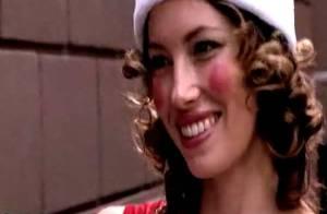 VIDEO : La bombe Jessica Biel déguisée en elfe... dévalise et braque les passants pour Noël !