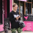 Mischa Barton porte un leggings camouflage dans les rues de Los Angeles, le 5 mai 2016.