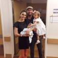 L'acteur Armie Hammer et l'animatrice télé Elizabeth Chambers en famille à la maternité. Déjà parents de Harper née en 2014, ils ont accueilli le 15 janvier 2017 leur second enfant : Ford. Photo Instagram.